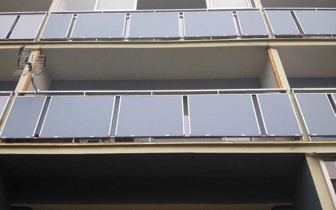 Cembrit Construction- płyty włóknocementowe na balustradach balkonów bloków mieszkaniowych