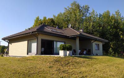 Deska elewacyjna włóknocementowa SHERA malowana na budowie – rewitalizacja elewacji domu w Olecku