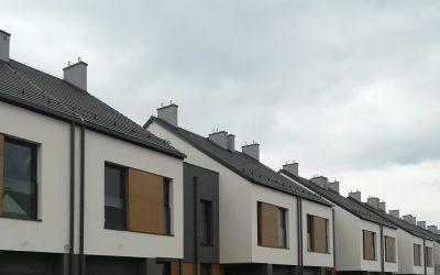 Osiedle Bliska Wola – domy w zabudowie szeregowej z deską włóknocementową SHERA w kolorze Walnut