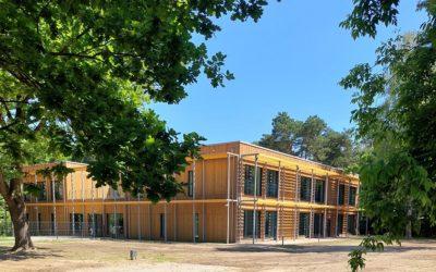 DESKA WŁÓKNOCEMENTOWA SHERA Walnut- Elewacja Przedszkola w Podkowie Leśnej – Montaż Nakładkowy